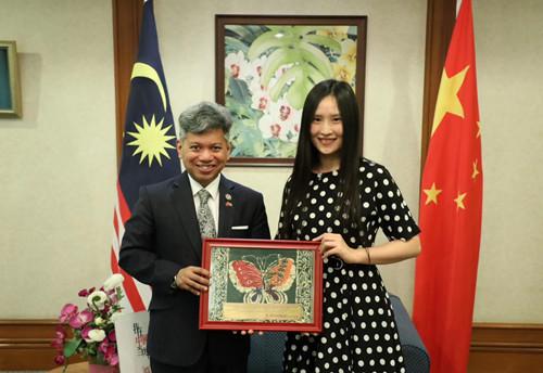 """马来西亚驻华大使""""听着谭咏麟的歌长大"""""""