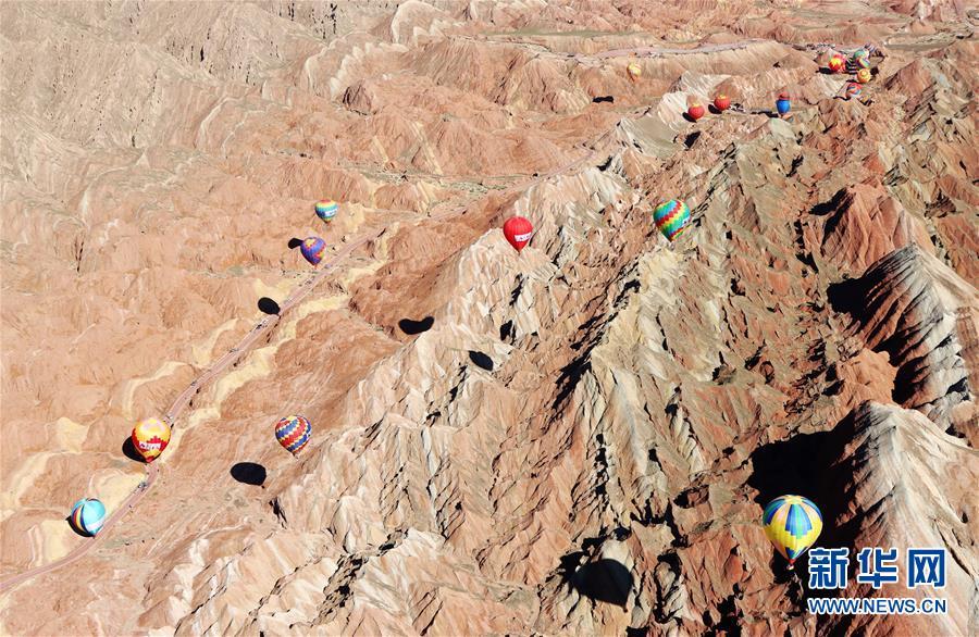 甘肃张掖:七彩丹霞升起热气球