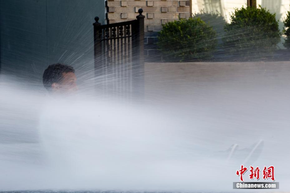 纽约遭遇高温天气 部分街区开消防栓喷水为市民消暑