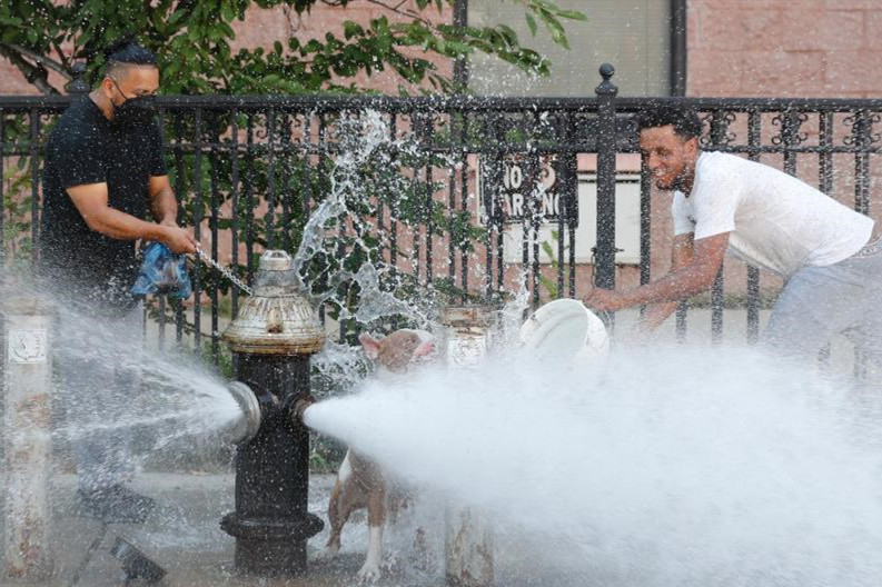 纽约开消防栓为市民消暑