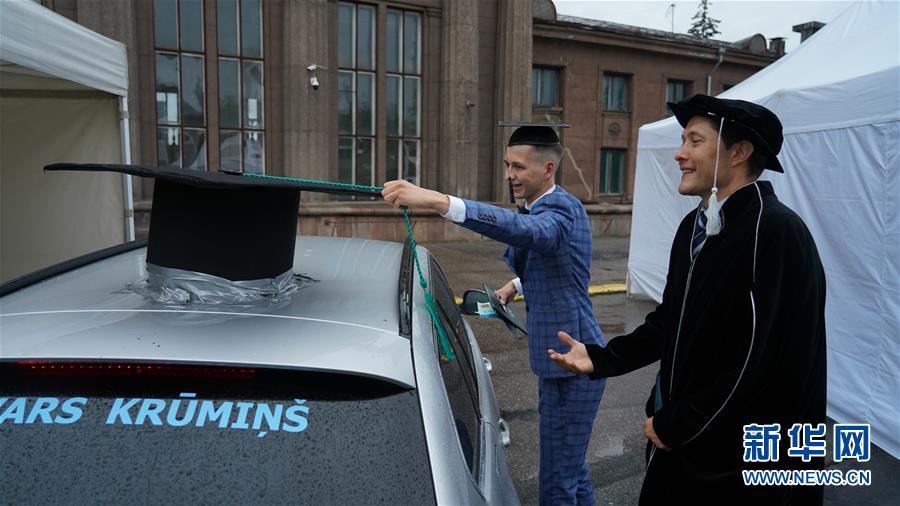 拉脱维亚:汽车上的毕业典礼