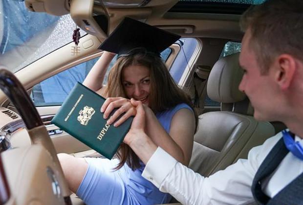 毕业生参加汽车毕业典礼