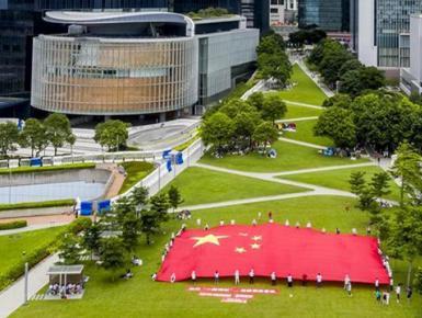 香港市民展示巨幅国旗 支持香港维护国家安全法