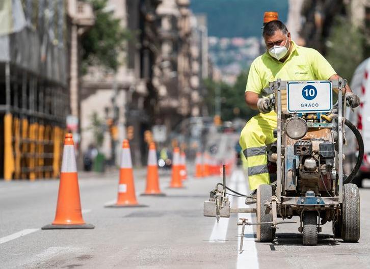 西班牙巴塞罗那:拓宽人行道 保证社交距离