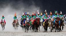 """西藏当雄:云端赛马8月10日,""""当吉仁""""赛马节比赛之一的五公里马长跑比赛在西藏拉萨市当雄县赛马场举行。"""