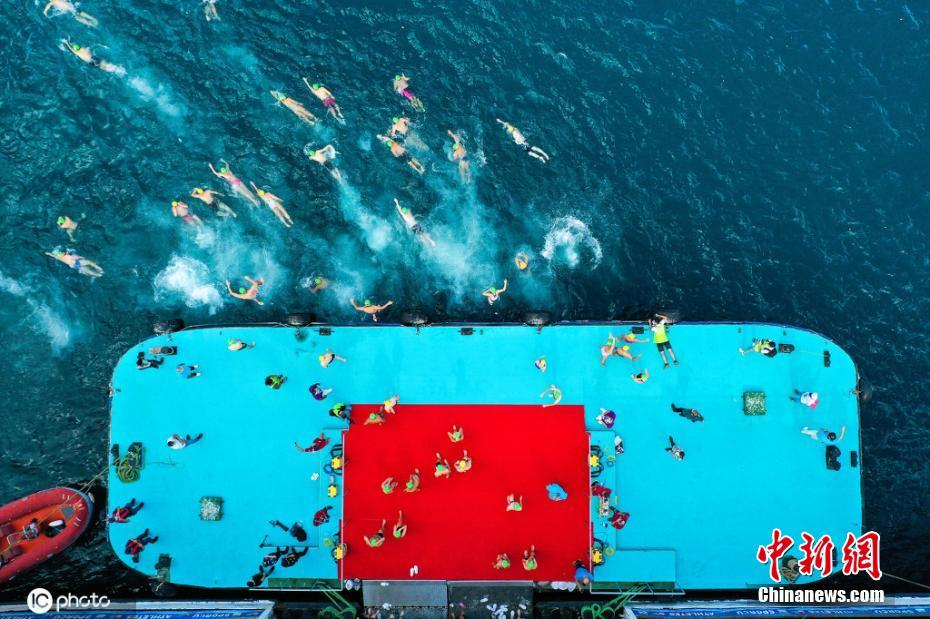 土耳其举行洲际跨海游泳比赛 参赛者从亚洲游到欧洲