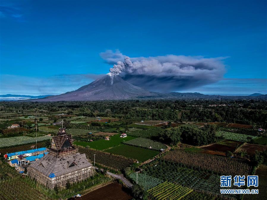 喷发的锡纳朋火山