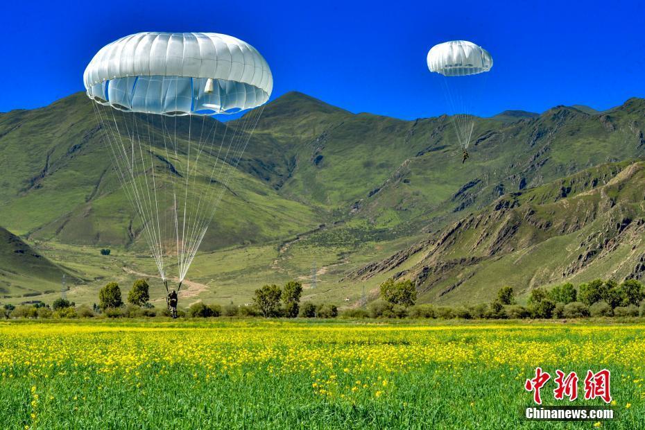 海拔4000米!西藏军区组织成建制伞降训练