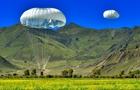 西藏军区成建制伞降训练