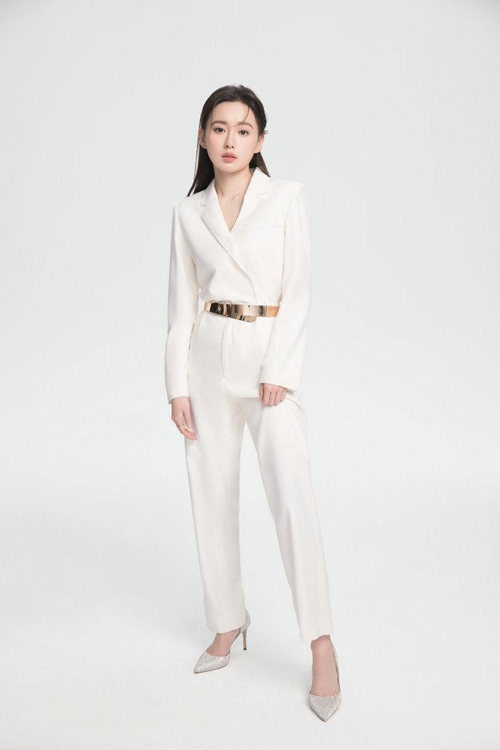 江铠同纯白西装质感大片曝光帅气干练