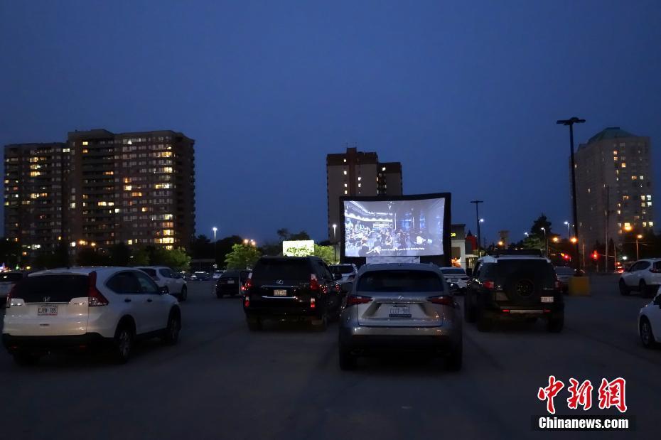 多伦多一商场停车场夜幕下变身汽车影院