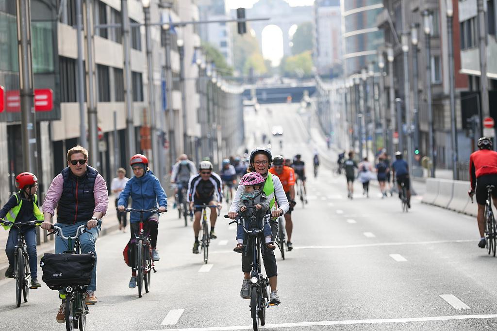 跑步骑行轮滑 比利时无车日民众花式出行