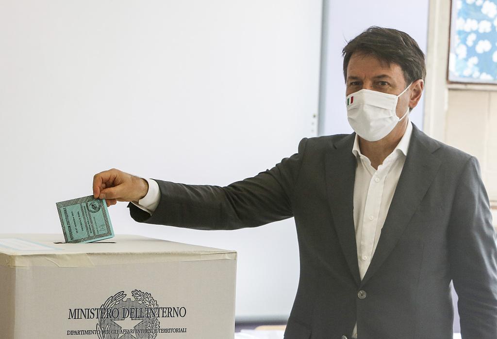 意大利举行地方选举及宪法公投 总理孔特参加投票