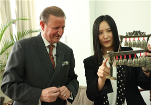 """祝贺中国""""双节"""",这个欧洲国家大使奏响编钟"""