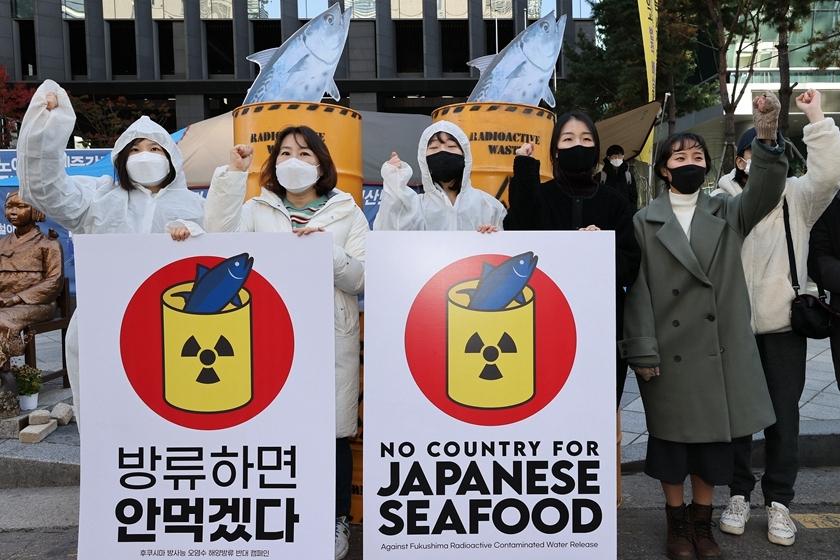 韩国民众在日本大使馆前抗议核废水入海计划