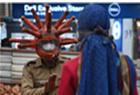 印度官员戴病毒头套上街