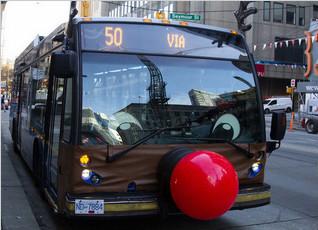 萌!巴士戴鹿角红鼻子载客