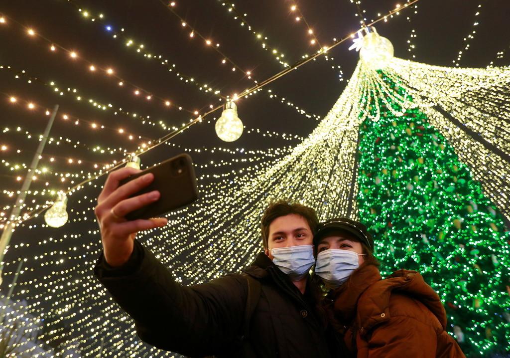 乌克兰基辅点亮大型圣诞装置 情侣甜蜜合影
