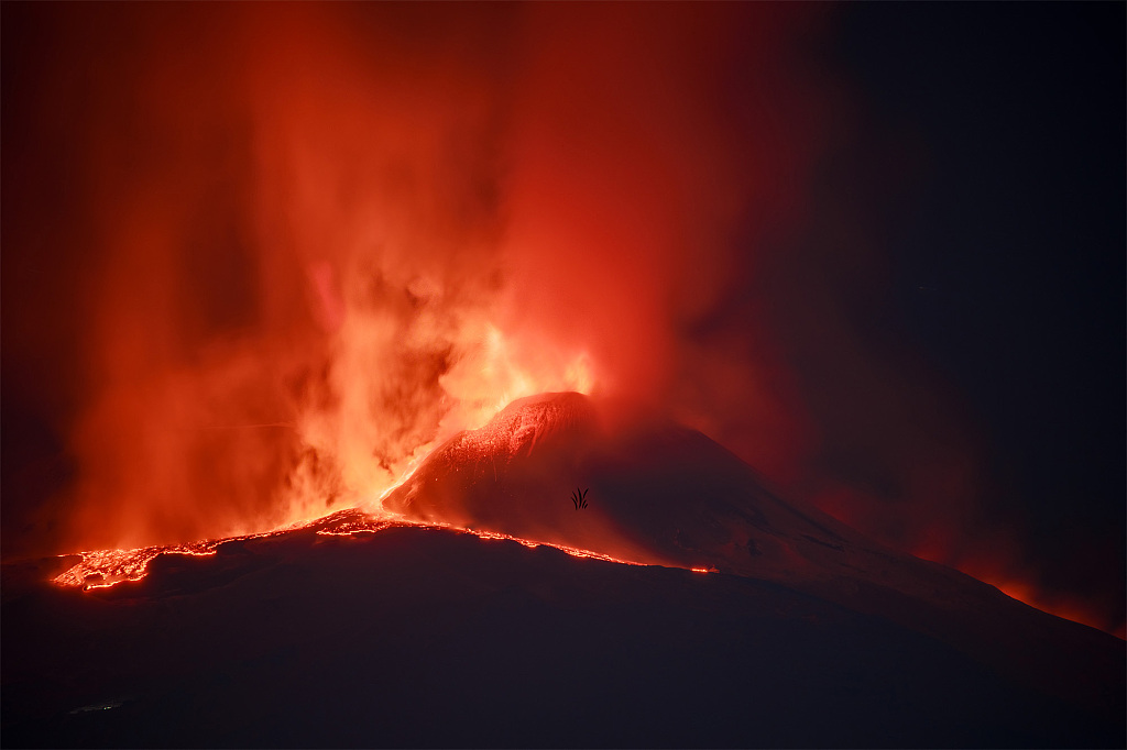 意大利埃特纳火山持续喷发