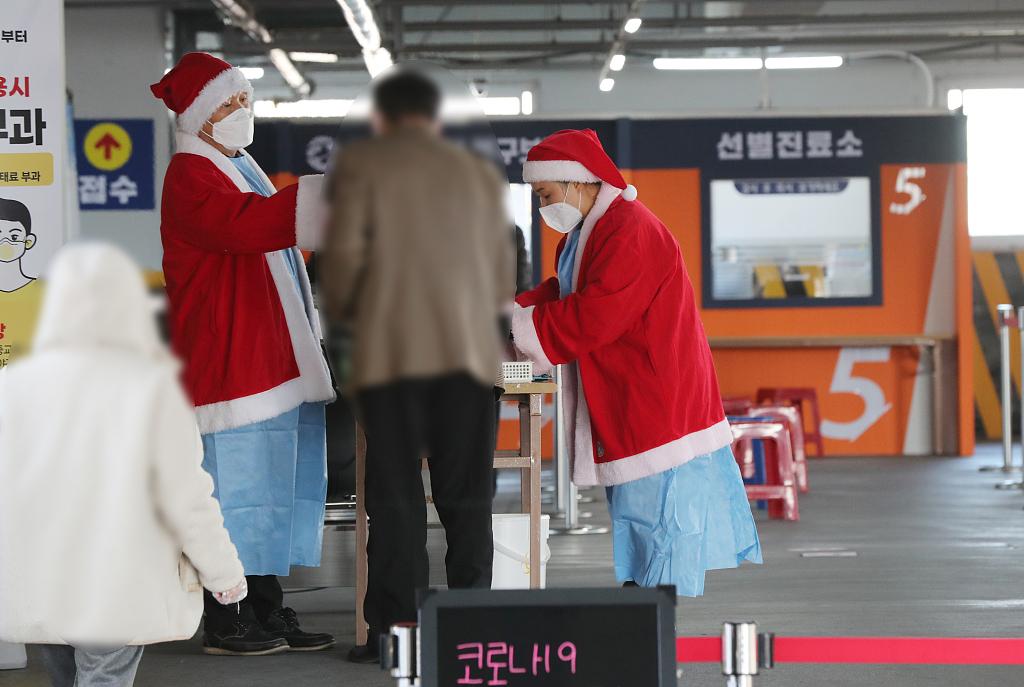 韩国医务人员变身圣诞老人为民众做新冠检测