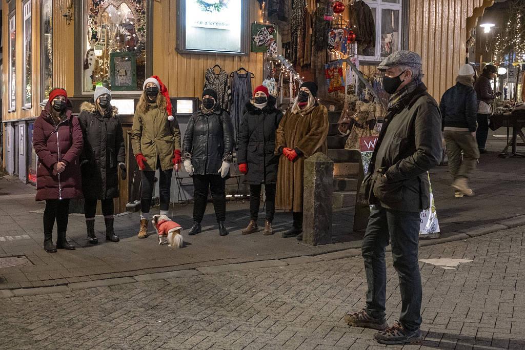 冰岛民众圣诞前外出采购 准备迎接节日到来