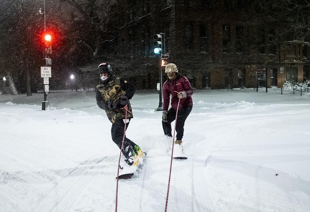 美国明尼苏达州迎来大雪 民众上街滑雪享受冬季乐趣