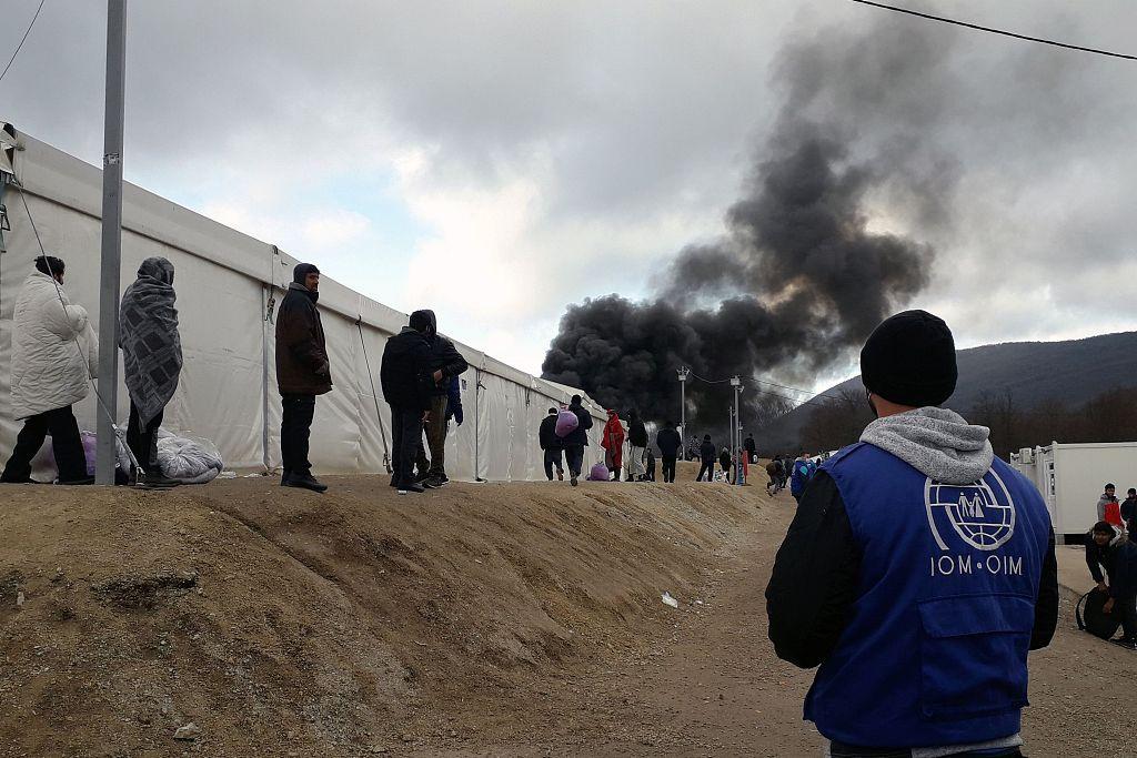波黑一难民营失火 升起滚滚黑烟