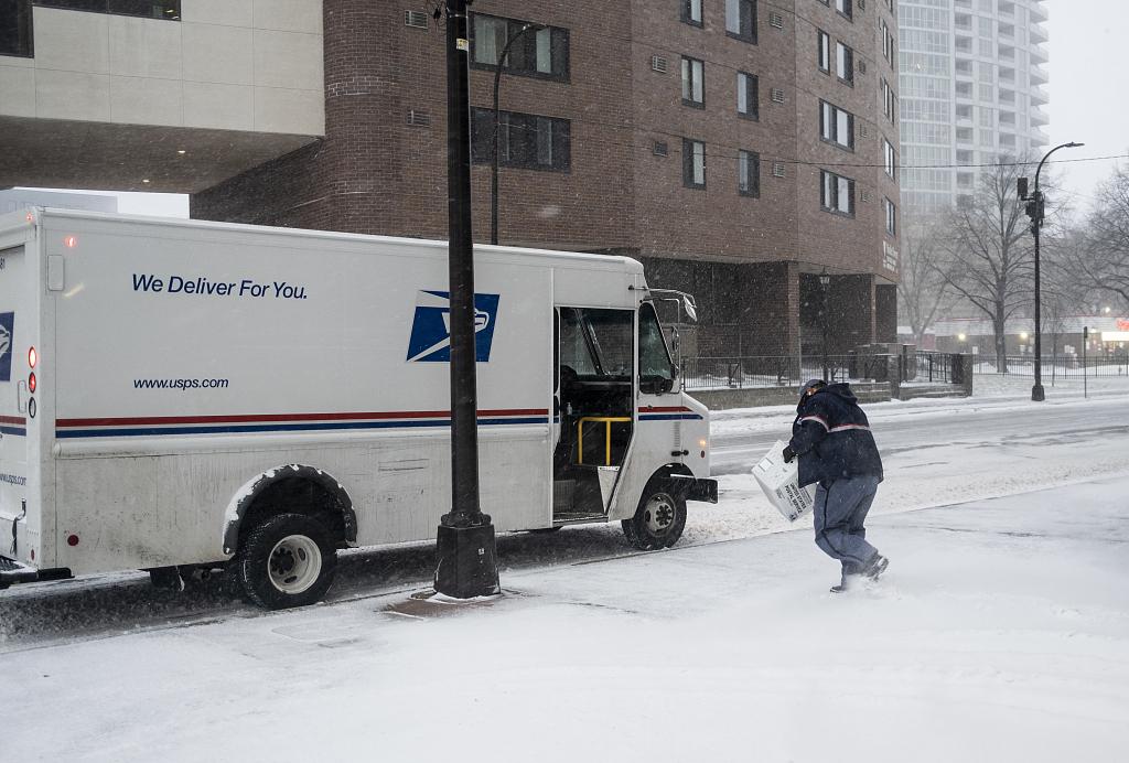 美国明尼苏达州迎来强降雪天气 市民在雪中艰难前行