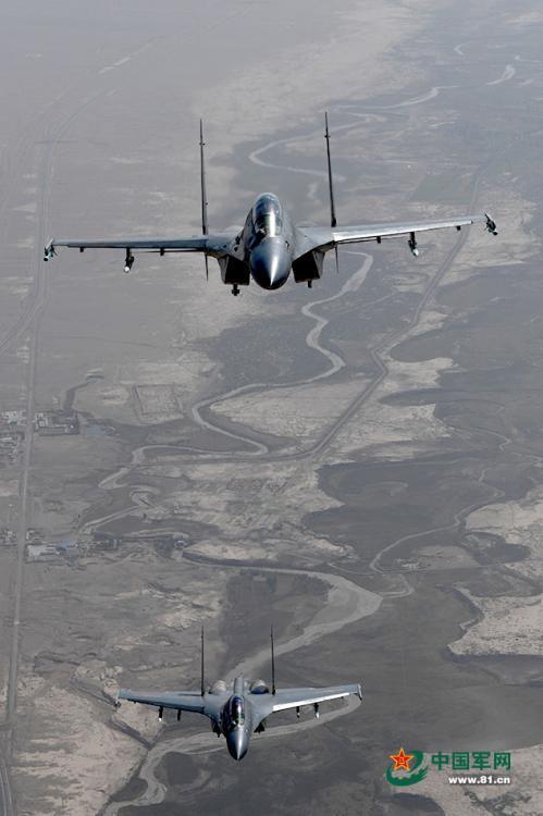 空中视角记录中国战机实兵对抗
