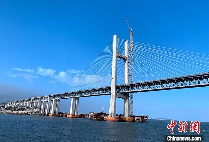 12月26日,记者从2020年全国交通运输工作会议上获悉,2020年中国交通运输将完成铁路投资8000亿元(人民币,下同),公路水路投资1.8万亿元,民航投资900亿元的目标。图为12月25日拍摄的正在建设中的福建平潭海峡公铁两用大桥。<a target='_blank' href='http://www.chinanews.com/'>中新社</a>记者 王东明 摄