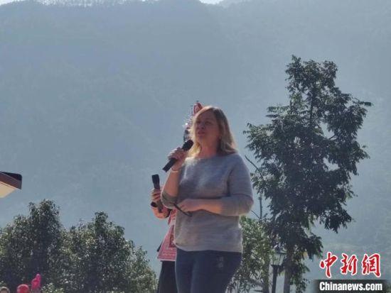 来自美国的史乐莉上台用畲族语言演唱。 叶秋云 摄