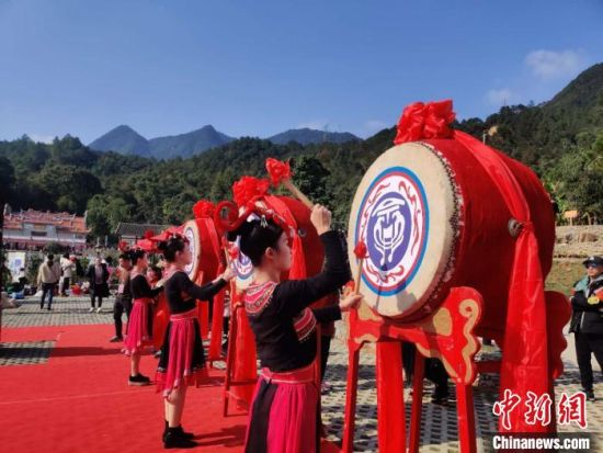 罗源畲族文化民俗小镇一期项目竣工仪式表演内容丰富多彩。 叶秋云 摄