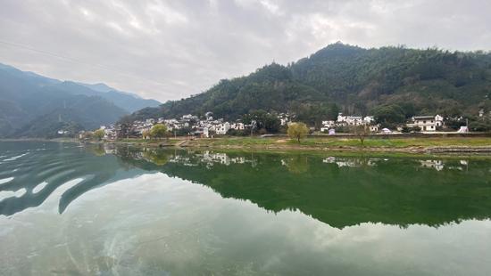 新安江山水画廊:徽文化与自然风光、古村落的结合