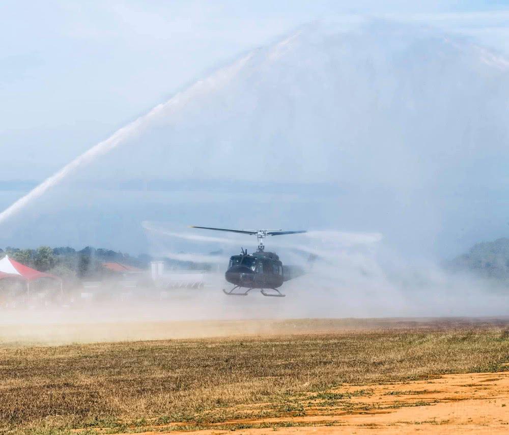 """去年10月,台湾服役近50年的UH-1H通用直升机正式全部退役,由UH-60M""""黑鹰""""全面取代。"""