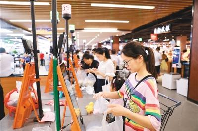 中国许多大型超市引入自助结账系统 告别