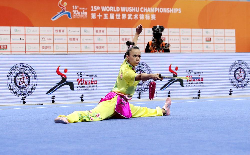 2019年10月20日,第十五届世界锦标赛在上海举行,图为巴西选手米歇尔·席尔瓦·桑托斯在女子剑术项目比赛中。新华社记者方喆摄.jpg