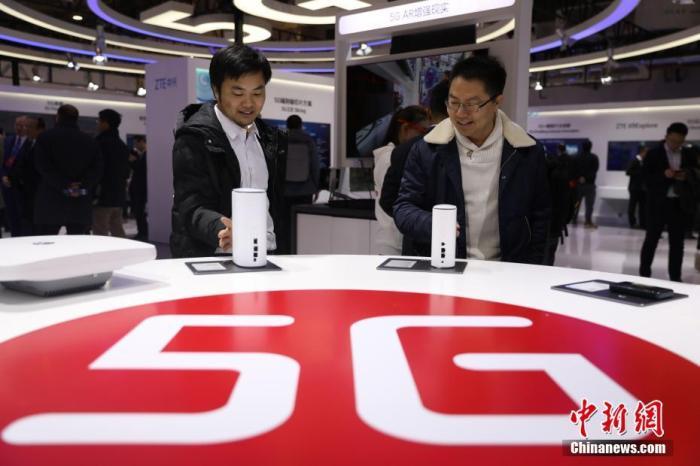 资料图:2019年11月21日,首届世界5G大会在北京举行。图为参观者在近距离观看5G室内路由器。<a target='_blank' href='http://www.chinanews.com/'>中新社</a>记者 蒋启明 摄