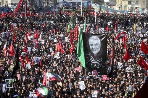 2020年1月7日,在伊朗克尔曼市,人们参加伊朗指挥官苏莱曼尼的葬礼。 新华社发