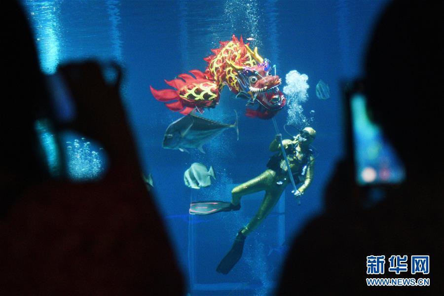 (新华视界)(3)新加坡:水下舞龙庆新年