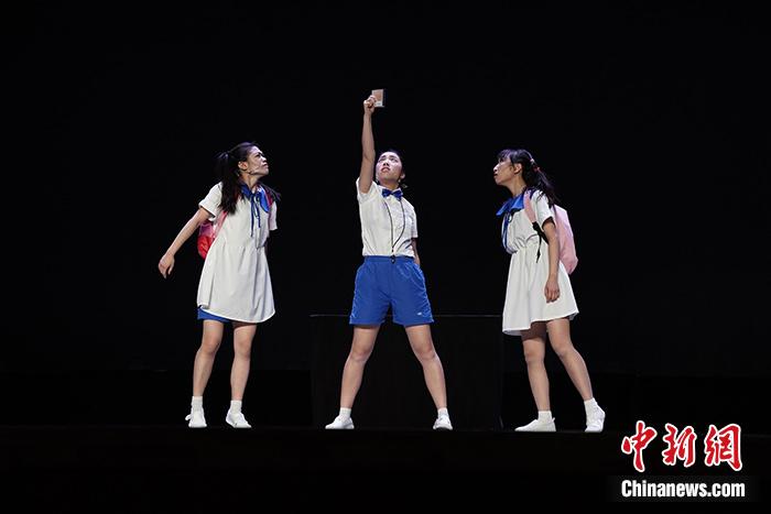 1月19日,澳门大学学生会戏剧社与澳门霜冰雪创作实验剧团制作的话剧《苦尽甘来》在北京演出。<a target='_blank' href='http://www.chinanews.com/'>中新社</a>记者 崔楠 摄