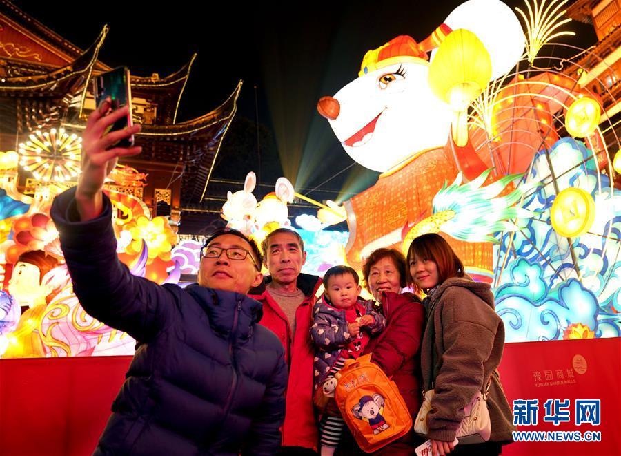 (社会)(4)上海豫园:灯海人潮迎新春