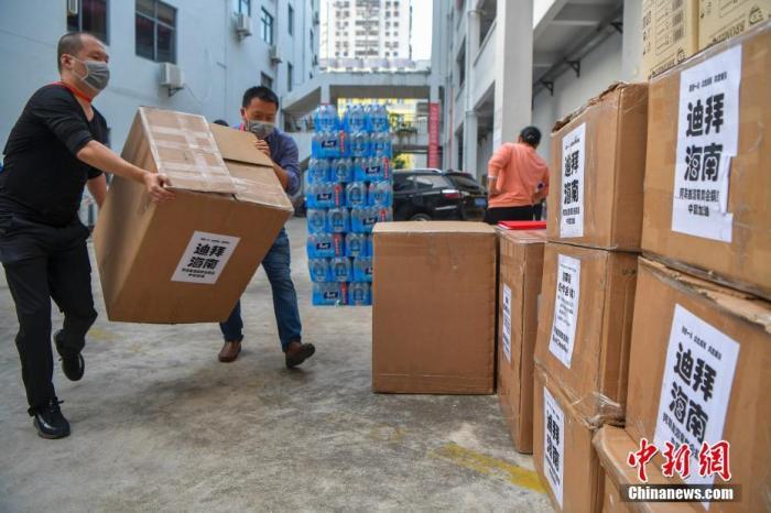 2月2日,由阿联酋海南商会暨同乡会捐赠的9.7万余个口罩和3.5万只医用手套被送达海南海口,并移交给海南省红十字会。这是自新型冠状病毒感染的肺炎疫情暴发以来,海外琼籍华人社团捐赠的医疗物资中单批数量最大的一批。图为海南省红十字会的工作人员搬运医疗物资。 <a target='_blank' href='http://www.chinanews.com/'>中新社</a>记者 骆云飞 摄