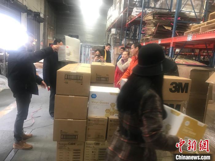 图为海外华侨华人筹集医疗物资。 钟欣 摄