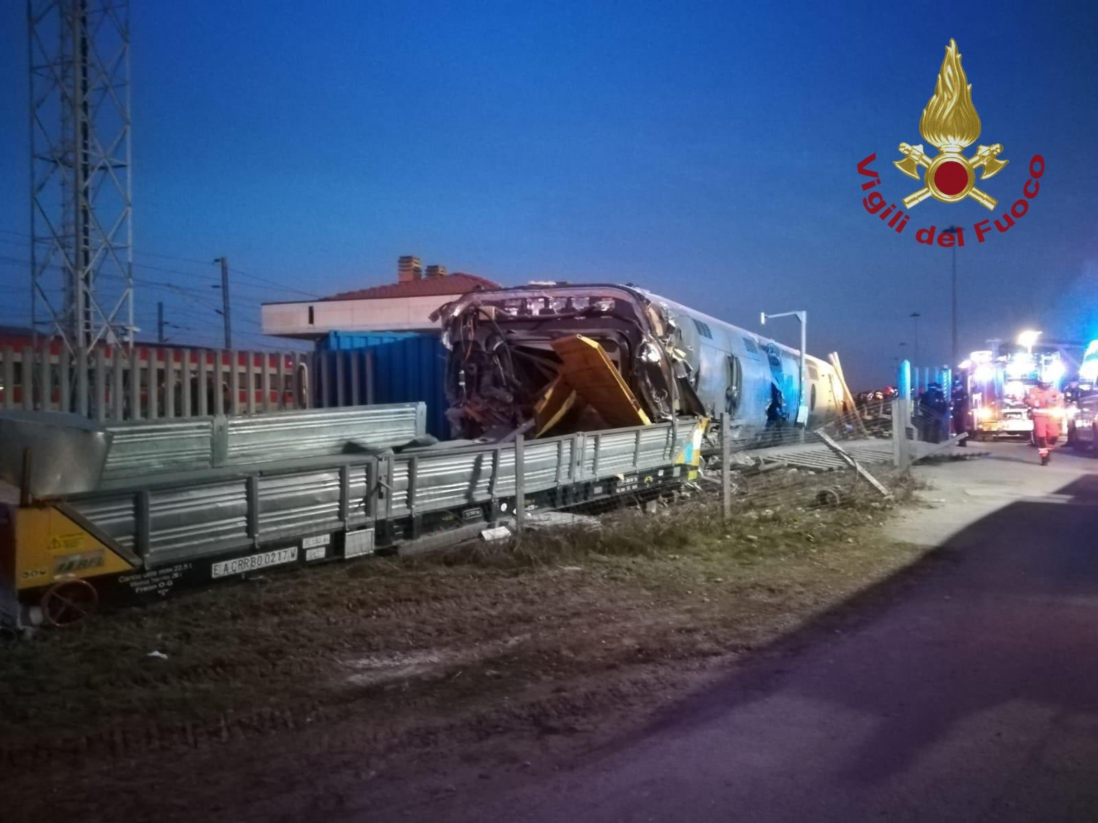 意大利发生列车脱轨事故。(图源:推特)