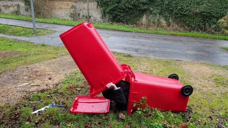 英国富翁建议流浪汉睡垃圾桶:舒适、防风且干燥