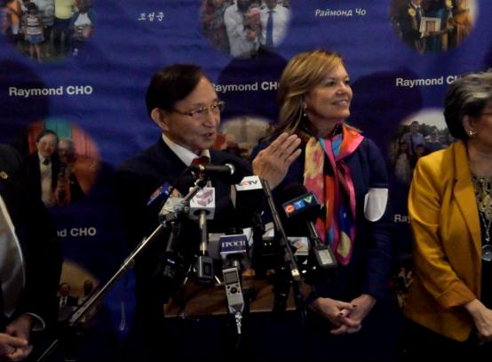 安省副省长到访避风塘中餐馆就餐 呼吁民众支持华人餐饮业769.png