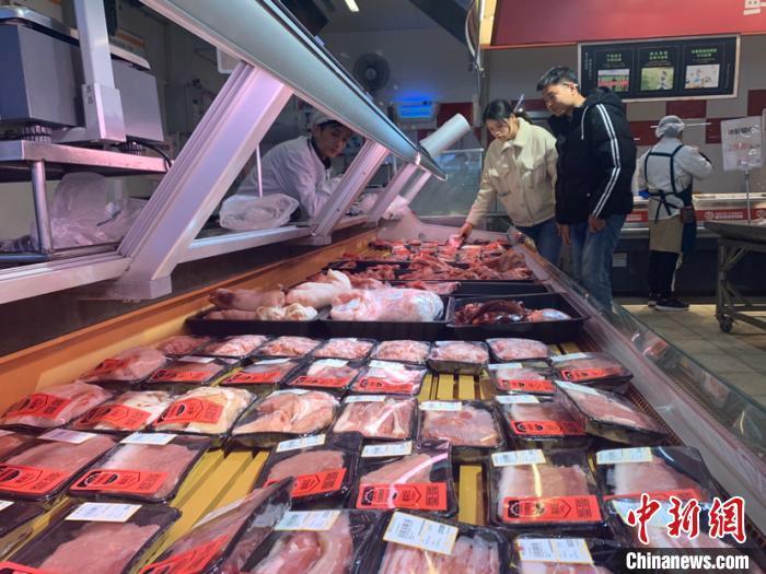 资料图:2019年12月27日,市民在长沙市天心区一家超市选购猪肉。 鲁毅 摄