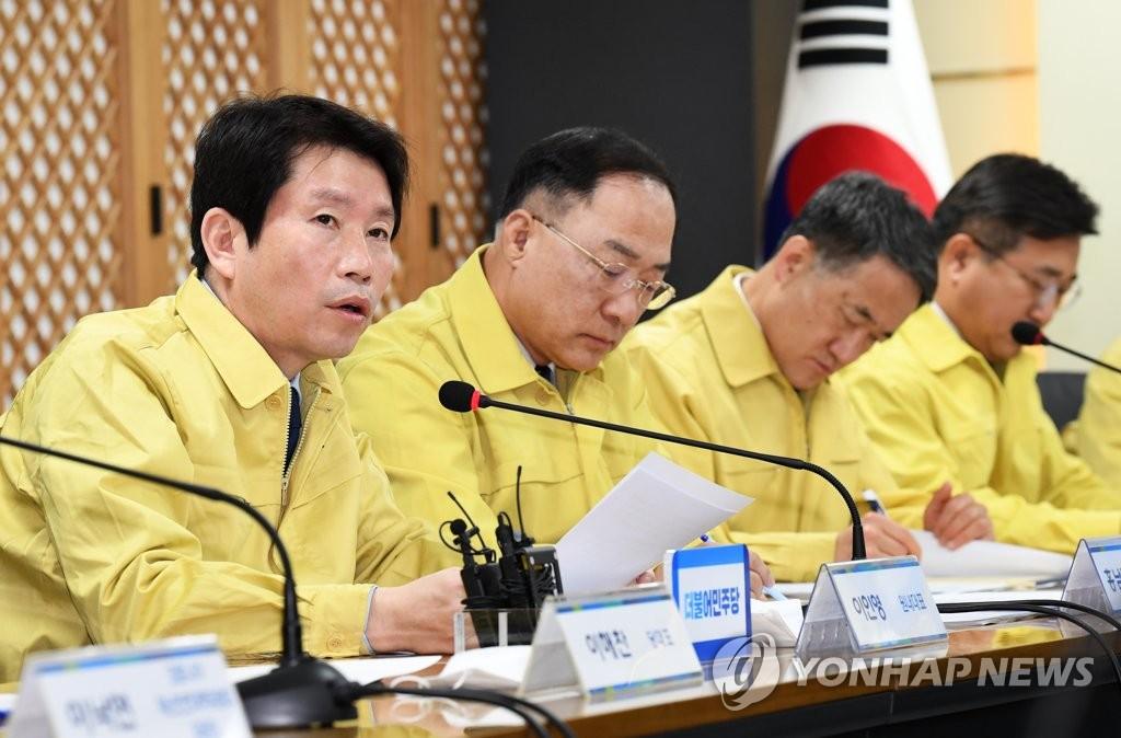 2月25日,在首尔市汝矣岛民主党总部,党鞭李仁荣在高级党政青协商会议上发言。 韩联社
