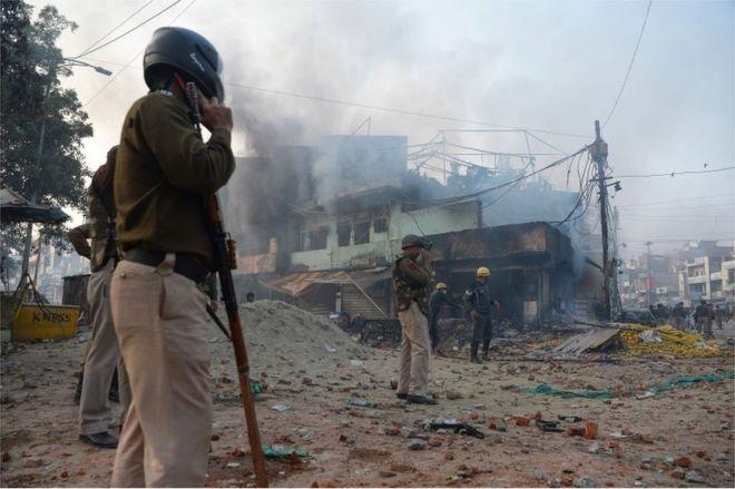 <b>印度德里发生大规模暴力冲突 致7死50伤</b>