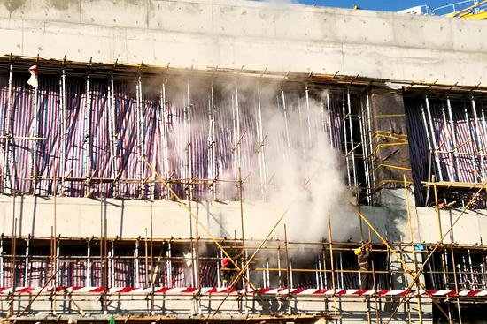 集中采用高温蒸汽加热养护的方式,在零下8℃挑战混凝土施工.jpg